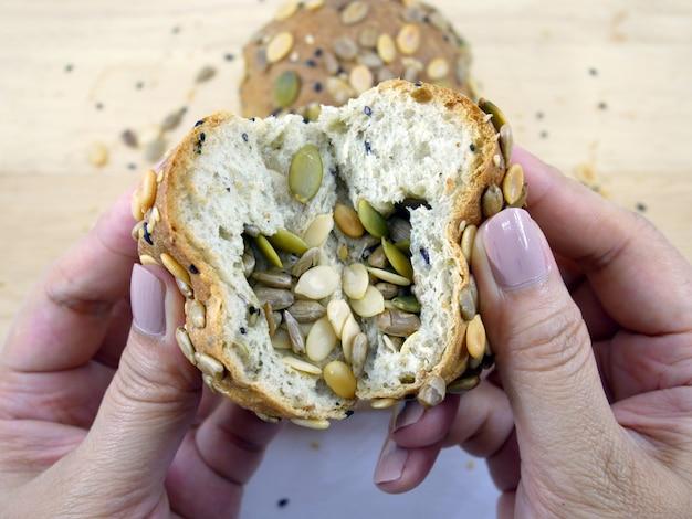 Цельный хлеб из зерна с белым backgrounnd Premium Фотографии