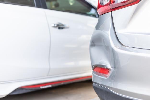 新しいシルバーカーの裏側が事故で損傷する Premium写真