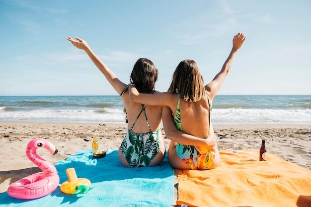 Обратный просмотр девушек на пляже Premium Фотографии