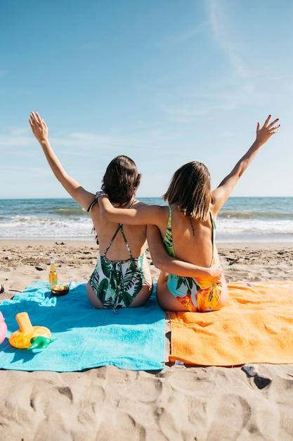 Обратный просмотр девушек на пляже Бесплатные Фотографии