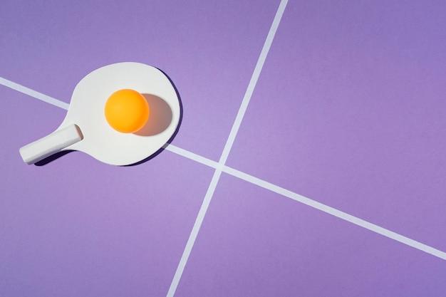 Pagaia di badminton su sfondo viola Foto Gratuite