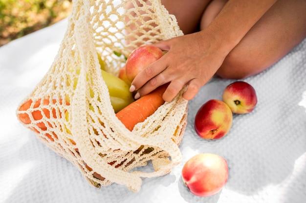 Сумка со здоровыми закусками крупным планом Premium Фотографии