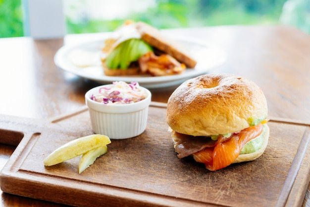 Bagel bread with smoked salmon meat and vegetable Free Photo
