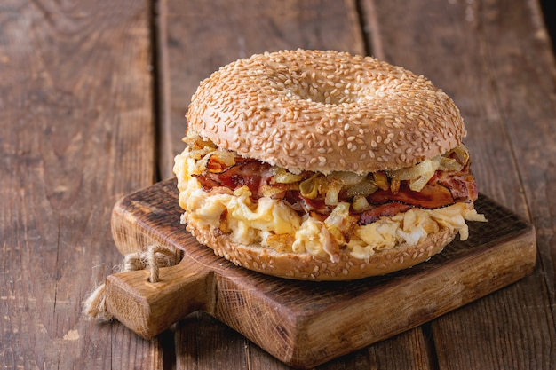 Bagel with bacon and scrambled eggs Premium Photo