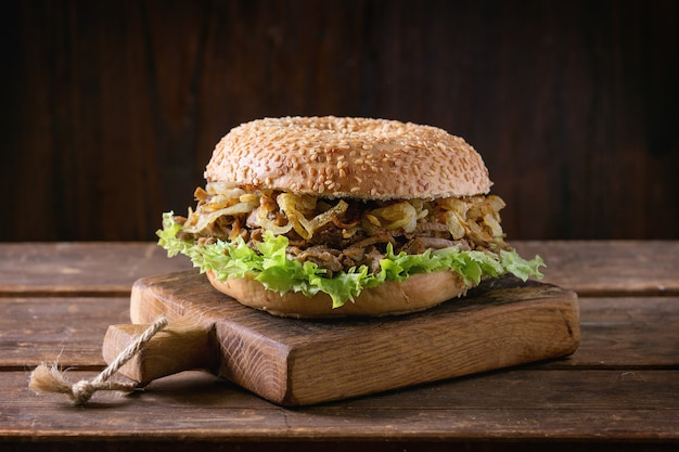 Bagel with stew and fried onion Premium Photo