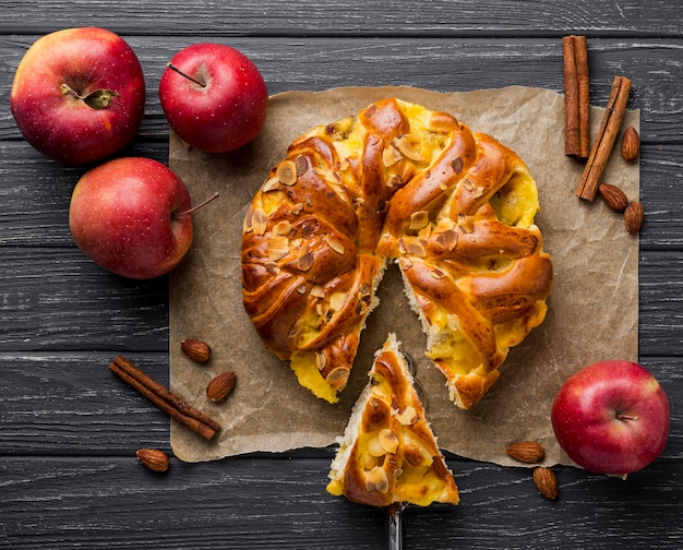 Baked apple pie and slice on cloth Free Photo