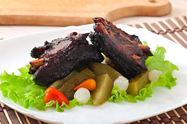 漬け野菜と蜂蜜大豆マリネで焼いた牛カルビ 無料写真