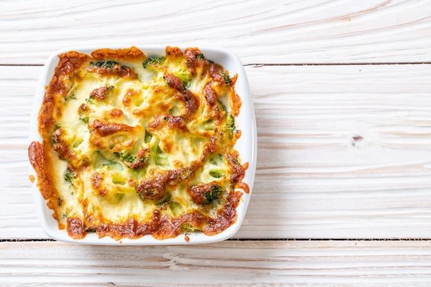 Baked cauliflower and broccoli with cheese Premium Photo