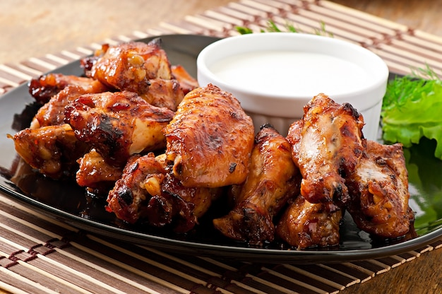 아시아 스타일의 구운 닭 날개 무료 사진