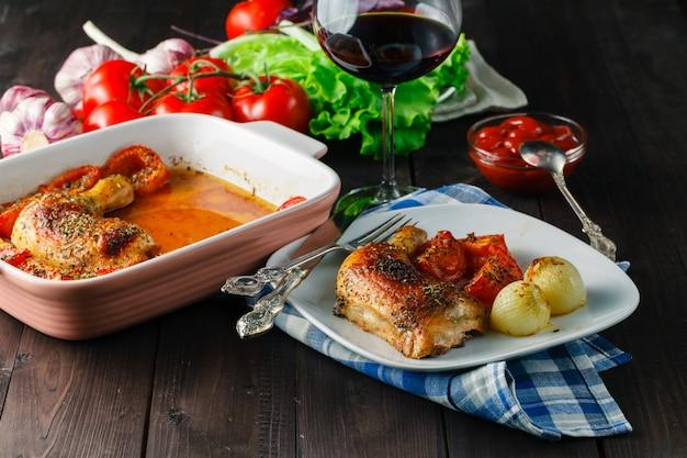 접시에 야채와 구운 된 닭 날개 프리미엄 사진