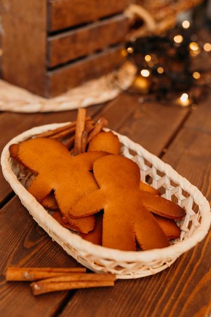 Biscotti al forno nella disposizione del cestino Foto Gratuite