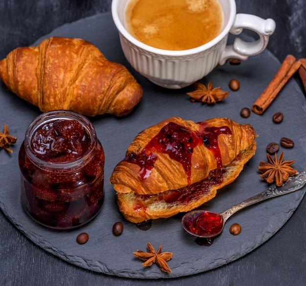 Baked crispy croissants with raspberry jam Premium Photo
