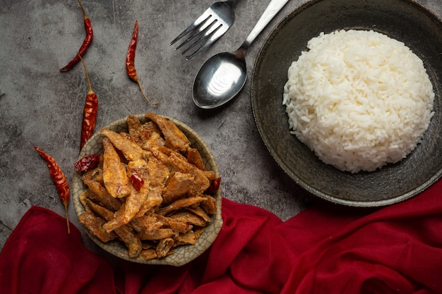 Запеченная рыба с соусом азиатская концепция морепродуктов. Бесплатные Фотографии