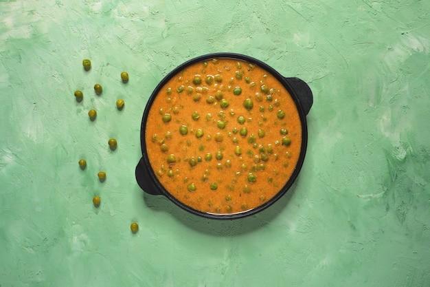 カレーソースで焼いたグリーンピース。インド料理。 Premium写真