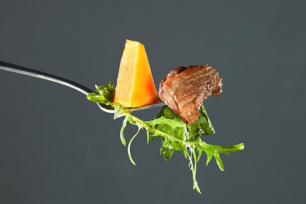 구운 호박, 오리 고기 조각, Arugula 포크 프리미엄 사진