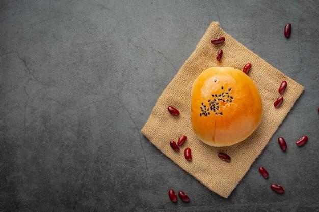Panini di pasta di fagioli rossi al forno posto su tessuto marrone Foto Gratuite