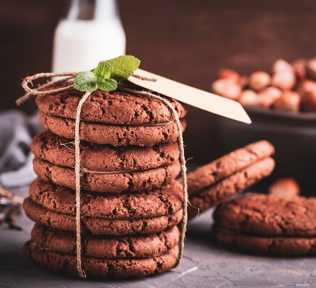 Baked round chocolate chip cookies tied with a rope Premium Photo