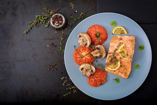 Запеченное филе лосося с помидорами, грибами и специями. диетическое меню. Бесплатные Фотографии