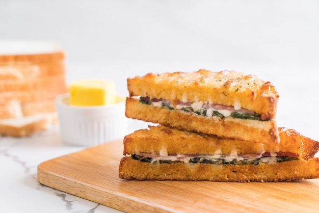 Baked spinach and ham sandwich Premium Photo