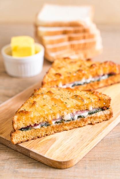 Baked spinach and ham sandwich Premium Photo