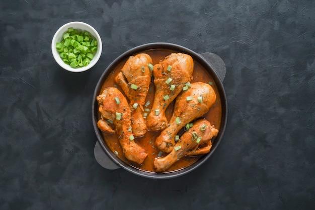 Запеченная курица тандури, вкусная индийская кухня. Premium Фотографии