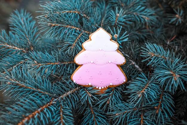 伝統的なクリスマスの自家製ジンジャーブレッドクッキーを焼きました。 Premium写真