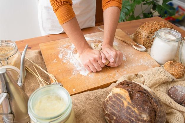 木の板にペストリーの生地を練るパン屋 無料写真