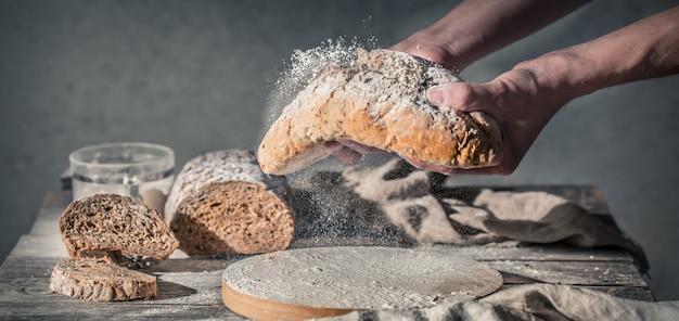 小麦粉を手に持つパン屋 無料写真