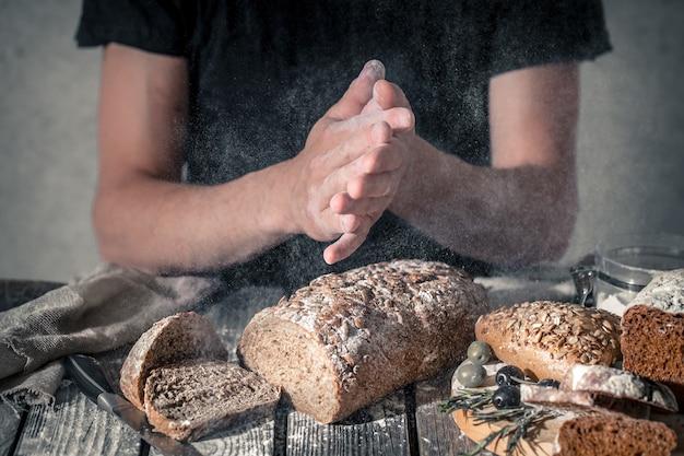 手に小麦粉とパン屋 無料写真