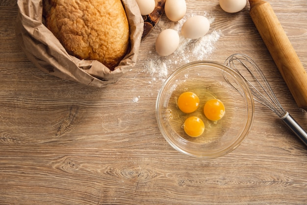 皿、パン、台所用品の卵で背景を焼く Premium写真