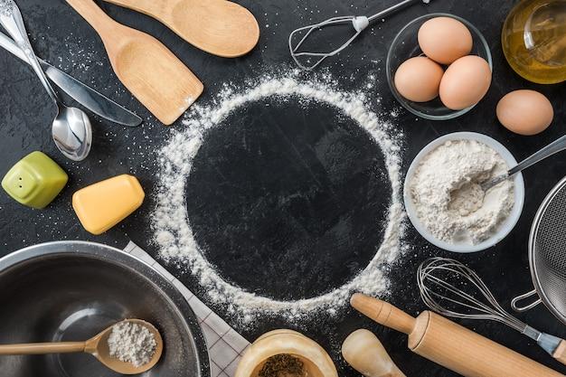 黒の背景に調理材料を焼く。上面図。フレームコピースペース。 Premium写真