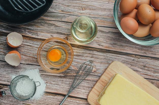 Компонент для выпечки: мука, яйцо, молоко и скалка, вид сверху Бесплатные Фотографии