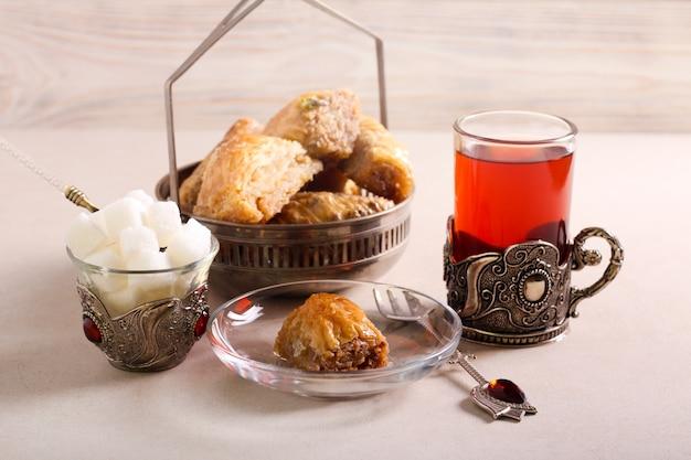 Пахлава сладкая десертная выпечка с чаем Premium Фотографии