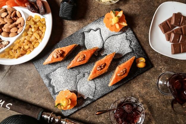 Vista laterale di fruita del cioccolato della pasta delle noci della baklava Foto Gratuite