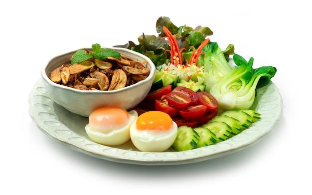Balachaung 칠리 새우 말린 페이스트 버마 스타일 제공 야채 및 삶은 계란 사이드 뷰 프리미엄 사진