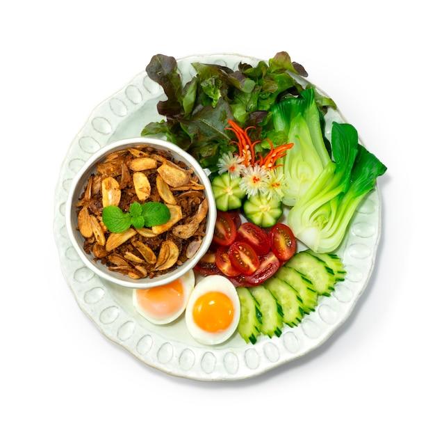 Balachaung 칠리 새우 말린 페이스트 버마 스타일 제공 야채와 삶은 계란 Topview 프리미엄 사진