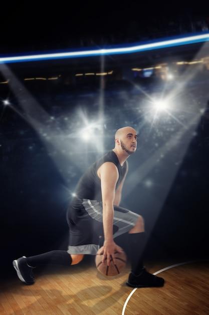 게임 드리블에서 대머리 프로 농구 선수. 법원에서 농구하는 스포츠맨. 프리미엄 사진