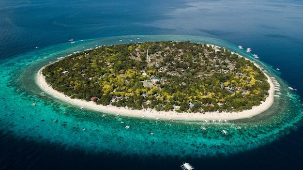 Остров баликасаг, изолированный остров на филиппинах Premium Фотографии