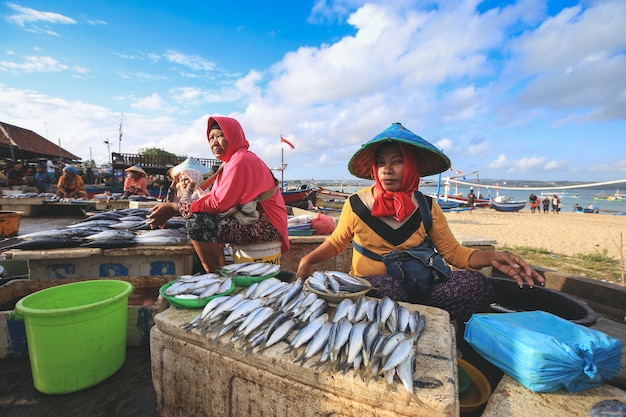 Balinese fishmonger sells fish in the morning market in kedonganan passer ikan, jimbaran beach Premium Photo