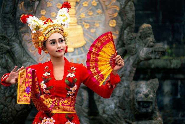 Balinese girl performing traditional dress Premium Photo