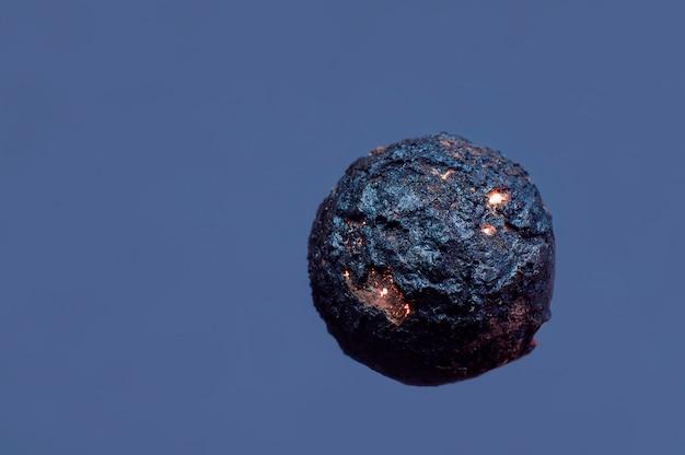 青色の背景に惑星の形のボール Premium写真