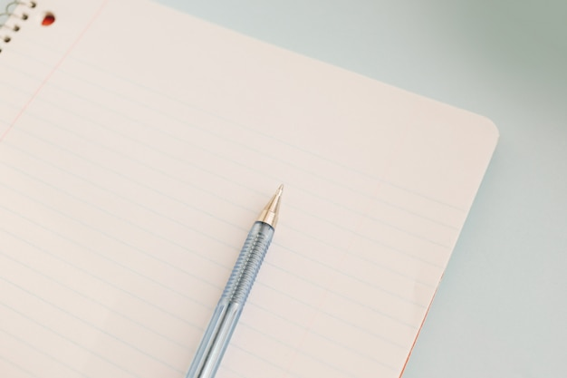 Ball pen and office pad Premium Photo