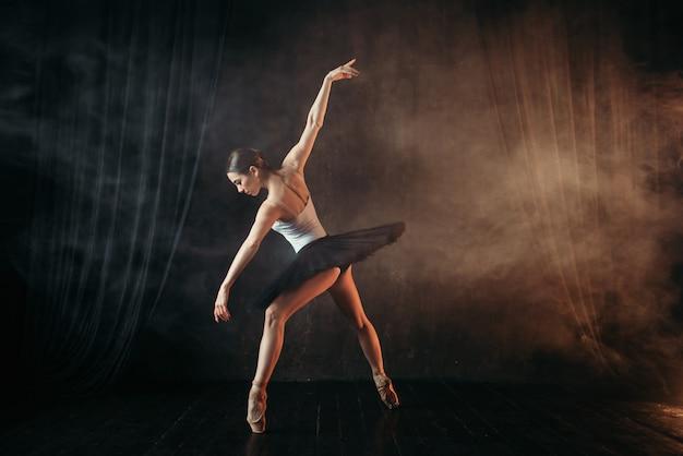 Балерина в действии, обучение танцам на сцене Premium Фотографии