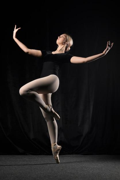 トウシューズでポーズをとるバレエダンサー 無料写真