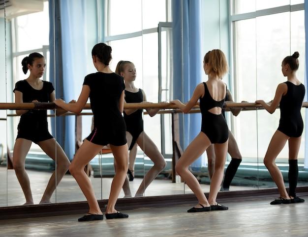 발레 댄서 워밍업 프리미엄 사진