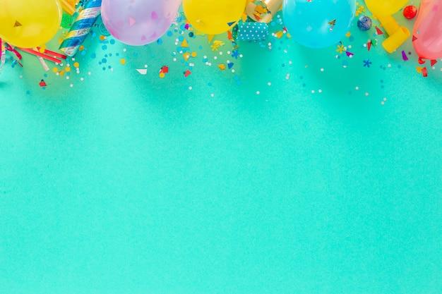 Вид сверху на воздушные шары и различные праздничные украшения Premium Фотографии