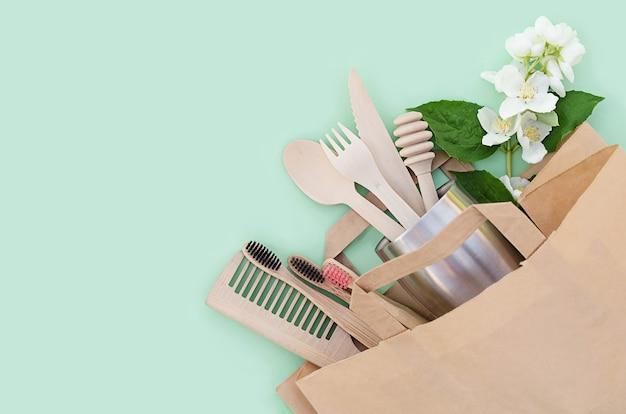 環境に優しい家の竹と木製のキッチンとバスルームアクセサリー。廃棄物ゼロ。プラスチックフリー。 Premium写真