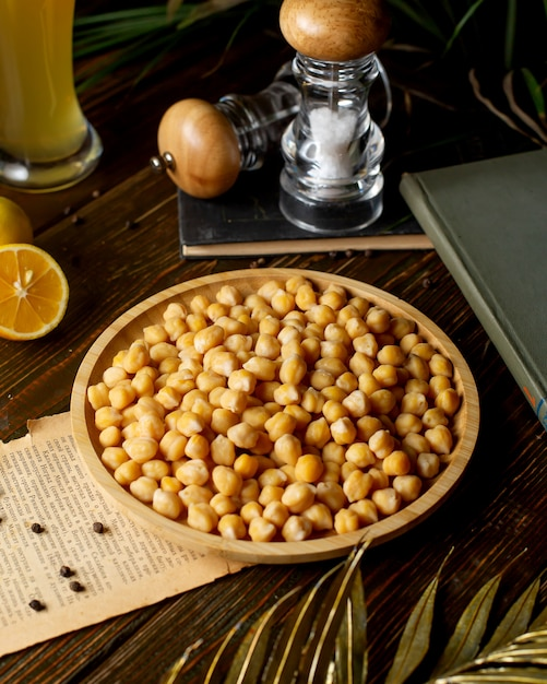 A bamboo bowl of boiled chickpeas Free Photo