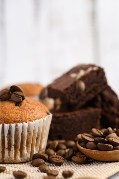 白いプレートにチョコレートチップを混ぜたバナナのカップケーキ。 無料写真