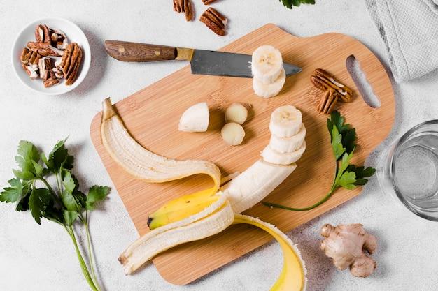 生bananaとまな板にバナナのフラットレイアウト 無料写真